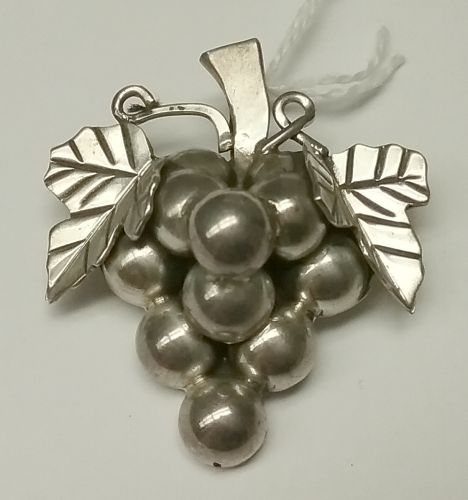 Mexican sterling pin-pendant in the form of grapes